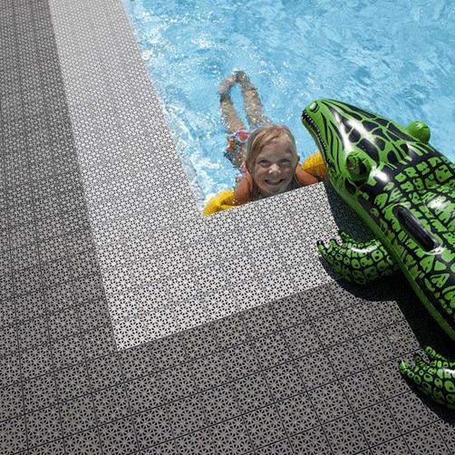 ideale schwimmbadbegrenzung, da feuchtigkeit abgeführt wird und der boden 'atmen' kann