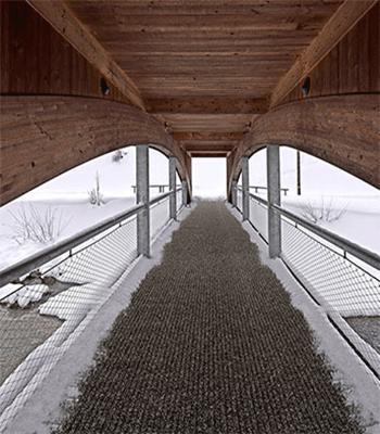 Holzbrücke im Winter - glatt
